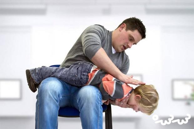 در صورت پریدن اشیاء در گلوی کودک چه کار کنیم ؟