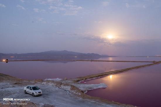 دریاچه ای زیبا به رنگ صورتی